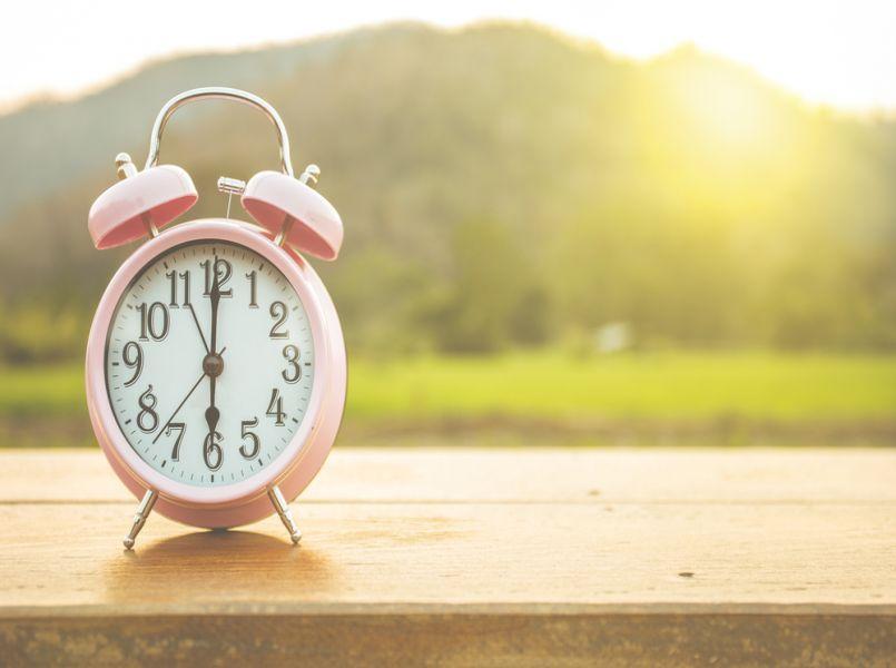 Hoe bereid je kinderen zo goed mogelijk voor op de zomertijd?