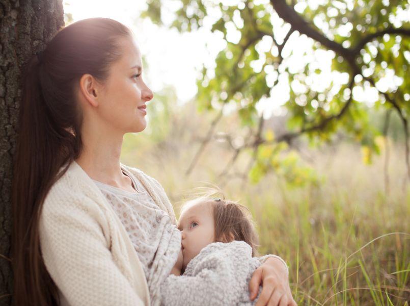 Waarom borstvoeden in het openbaar wél moet kunnen (en soms niet anders kan)