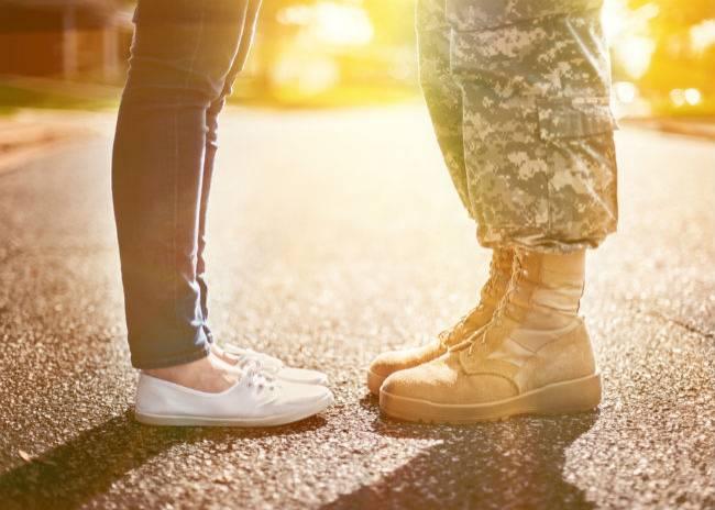 Emotionele foto gaat viraal: militair neemt afscheid van zoontje