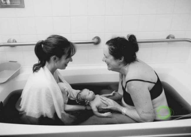 Schitterende foto's: wensmoeder helpt draagmoeder bij bevalling