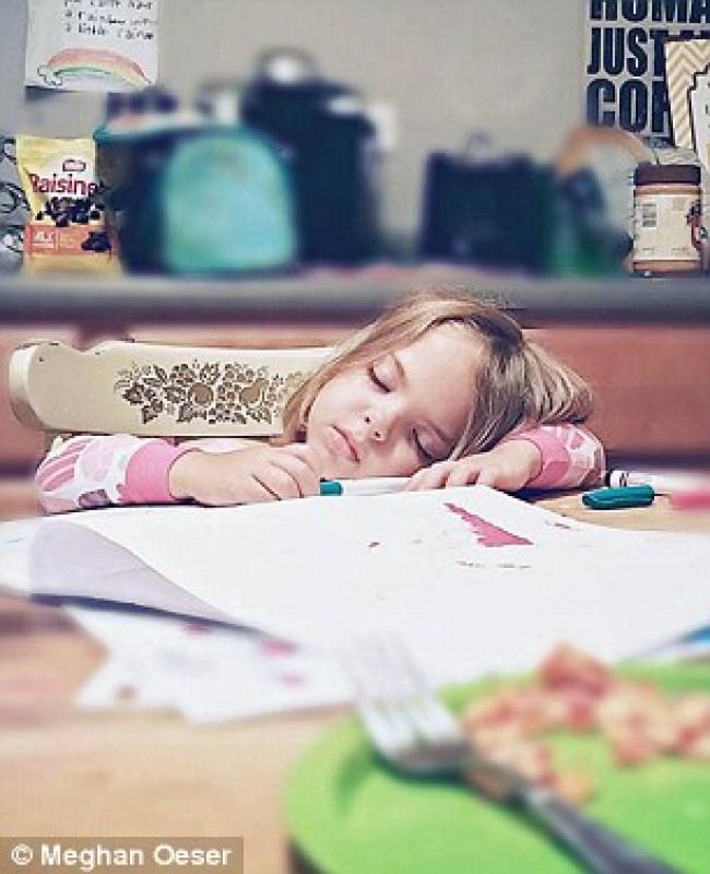 Hilarische fotoserie kinderen slapen op de raarste plaatsen for Baby op zij slapen kussen